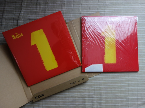 LP records of THE BEATLES 1 (2000) (right) and THE BEATLES 1 (2015) (left)